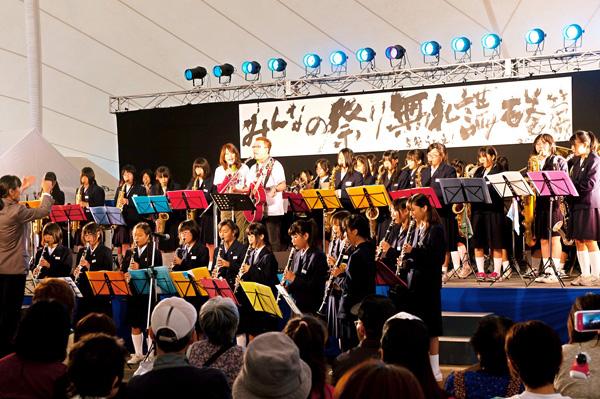 中学生吹奏楽と熱唱する嘉門さん